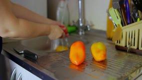Πιπέρια πλυσίματος γυναικών νοικοκυρών χεριών κάτω από μια βρύση Δικαίωμα φωτογραφικών διαφανειών καμερών απόθεμα βίντεο