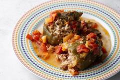 Πιπέρια που γεμίζονται με το κρέας και bulgur στο στρογγυλό πιάτο Στοκ Φωτογραφίες
