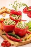 Πιπέρια που γεμίζονται με το ρύζι και τα λαχανικά κρέατος στον τέμνοντα πίνακα Στοκ Εικόνες