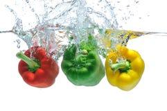 Πιπέρια που εμπίπτουν στο ύδωρ Στοκ Εικόνες