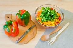 Πιπέρια που τεμαχίζονται ζωηρόχρωμα για τη σαλάτα Στοκ Εικόνες