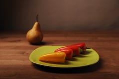 Πιπέρια στο πράσινο πιάτο Στοκ φωτογραφίες με δικαίωμα ελεύθερης χρήσης
