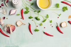 Πιπέρια τσίλι, έλαιο, και φρέσκα χορτάρια και καρυκεύματα για το μαγείρεμα Στοκ Φωτογραφία