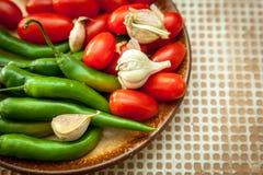 Πιπέρια τσίλι, ντομάτες κερασιών και σκόρδο Στοκ Εικόνες