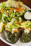 Πιπέρια Pasilla που γεμίζονται με τις γαρίδες Στοκ Εικόνες
