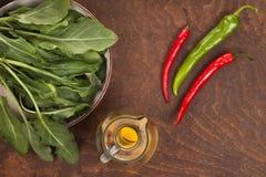 Πιπέρι, ελαιόλαδο και πράσινα φύλλα Στοκ φωτογραφία με δικαίωμα ελεύθερης χρήσης