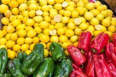 Πιπέρι και λεμόνια κουδουνιών για την πώληση Στοκ εικόνα με δικαίωμα ελεύθερης χρήσης