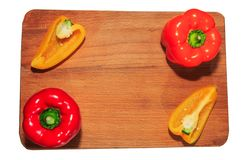 Πιπέρι και σκόρδο στα πράσινα στον κατασκευασμένο ξύλινο πίνακα με το copyspace στοκ φωτογραφίες