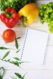 Πιπέρι κουδουνιών, πράσινα σαλάτα και σημειωματάριο Στοκ εικόνες με δικαίωμα ελεύθερης χρήσης