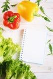 Πιπέρι κουδουνιών, πράσινα σαλάτα και σημειωματάριο Στοκ Εικόνα