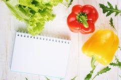 Πιπέρι κουδουνιών, πράσινα σαλάτα και σημειωματάριο Στοκ φωτογραφία με δικαίωμα ελεύθερης χρήσης