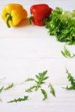 Πιπέρι κουδουνιών, πράσινα σαλάτα και arugula, τοπ άποψη Στοκ Φωτογραφίες
