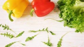 Πιπέρι κουδουνιών, πράσινα σαλάτα και arugula, τοπ άποψη Στοκ Εικόνες