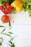 Πιπέρι κουδουνιών, πράσινα σαλάτα και arugula, τοπ άποψη Στοκ Εικόνα