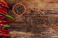 Πιπέρι τσίλι στον ξύλινο πίνακα Στοκ φωτογραφίες με δικαίωμα ελεύθερης χρήσης