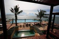 Πισίνα, αργόσχολοι ήλιων δίπλα στον κήπο και κτήρια στοκ εικόνα με δικαίωμα ελεύθερης χρήσης