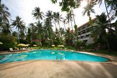 Πισίνα, αργόσχολοι ήλιων δίπλα στον κήπο και κτήρια στοκ εικόνες με δικαίωμα ελεύθερης χρήσης