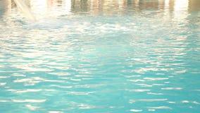 Πισίνα θερέτρου πολυτέλειας με το όμορφο καθαρό μπλε νερό 4K υδροθεραπεία στην πισίνα ένας άνετος χαλαρώνει φιλμ μικρού μήκους