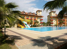 Πισίνα και κτήρια του ξενοδοχείου. Στοκ Εικόνα