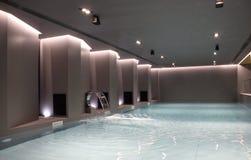 Πισίνα και τεχνητός καταρράκτης Στοκ φωτογραφία με δικαίωμα ελεύθερης χρήσης
