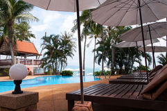 Πισίνα κοντά στη θάλασσα, Koh Samui, Ταϊλάνδη νησιών Στοκ εικόνα με δικαίωμα ελεύθερης χρήσης
