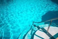 Πισίνα με τα άσπρα σκαλοπάτια στο ξενοδοχείο στοκ φωτογραφία με δικαίωμα ελεύθερης χρήσης