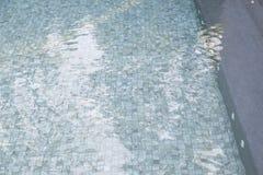 Πισίνα με τα μπλε κεραμίδια μωσαϊκών Στοκ φωτογραφίες με δικαίωμα ελεύθερης χρήσης