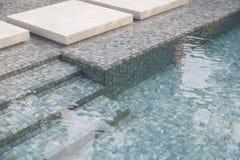 Πισίνα με τα μπλε κεραμίδια μωσαϊκών Στοκ Εικόνες