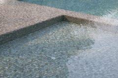 Πισίνα με τα μπλε κεραμίδια μωσαϊκών Στοκ εικόνα με δικαίωμα ελεύθερης χρήσης
