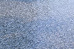 Πισίνα με τα μπλε κεραμίδια μωσαϊκών Στοκ Εικόνα