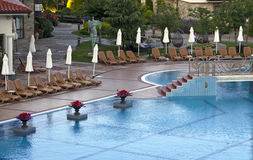 Πισίνα με τα deckchairs Στοκ Εικόνα
