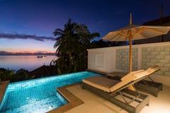 Πισίνα με την άποψη ηλιοβασιλέματος Στοκ εικόνες με δικαίωμα ελεύθερης χρήσης