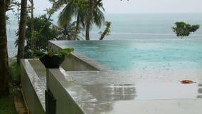 Πισίνα με την άποψη σχετικά με τη θάλασσα στο βροχερό καιρό φιλμ μικρού μήκους
