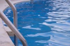 Πισίνα με την κινηματογράφηση σε πρώτο πλάνο σκαλοπατιών στοκ εικόνα με δικαίωμα ελεύθερης χρήσης