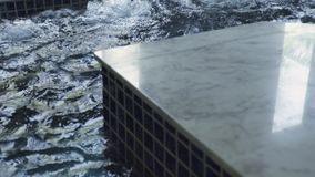 Πισίνα με το τζακούζι στο κέντρο SPA Παφλάζοντας νερό στη σκάφη τζακούζι luxury spa στο ξενοδοχείο θερέτρου Θεραπεία ομορφιάς και απόθεμα βίντεο
