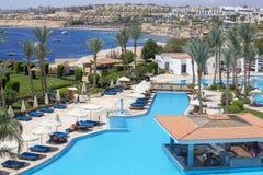 Πισίνα νωρίς το πρωί στο ξενοδοχείο κοντά στη Ερυθρά Θάλασσα, Sheikh Sharm EL, νότιο Sinai, Αίγυπτος Στοκ Εικόνα
