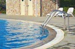 Πισίνα - ξενοδοχείο πολυτελείας - ελληνικές θερινές διακοπές Στοκ εικόνα με δικαίωμα ελεύθερης χρήσης