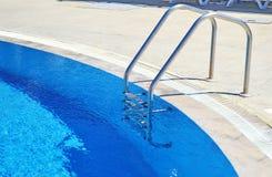 Πισίνα - ξενοδοχείο πολυτελείας - ελληνικές θερινές διακοπές Στοκ φωτογραφία με δικαίωμα ελεύθερης χρήσης
