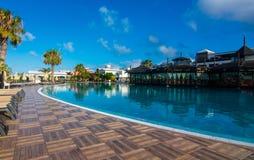 Πισίνα ξενοδοχείων, μπλε ουρανός στοκ εικόνες
