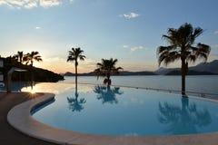Πισίνα ξενοδοχείων πολυτελείας κροατικό νησί στοκ εικόνες