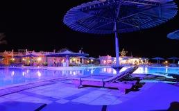 Πισίνα ξενοδοχείων τη νύχτα Στοκ φωτογραφία με δικαίωμα ελεύθερης χρήσης