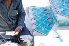 Πισίνα οικοδόμων κεραμιδιών στοκ εικόνες με δικαίωμα ελεύθερης χρήσης