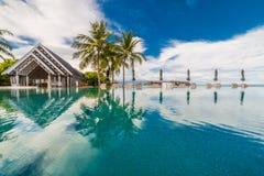 Πισίνα πολυτέλειας και μπλε νερό στο θέρετρο με την όμορφη άποψη θάλασσας στοκ εικόνες