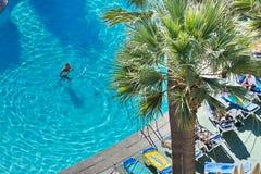 Πισίνα σε ένα ξενοδοχείο στην πόλη Los Cristianos tenerife Κανάρια νησιά Ισπανία Στοκ Εικόνες