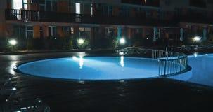 Πισίνα σε μια πολυτέλεια, τροπικό θέρετρο τη νύχτα φιλμ μικρού μήκους