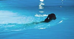 Πισίνα σε μια πολυτέλεια, τροπικό θέρετρο τη νύχτα απόθεμα βίντεο