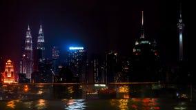 Πισίνα στην άκρη της στέγης και τη εικονική παράσταση πόλης νύχτας της Κουάλα Λουμπούρ, Μαλαισία Timelapse 4K απόθεμα βίντεο