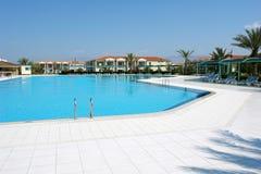 Πισίνα στο ξενοδοχείο. Στοκ εικόνες με δικαίωμα ελεύθερης χρήσης