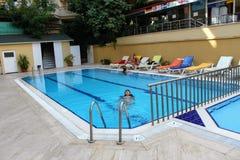 Πισίνα στο ξενοδοχείο Alanya, Τουρκία παραλιών Kleopatra Στοκ Εικόνες