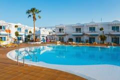 Πισίνα του σύνθετου ξενοδοχείου χώρων ξενοδοχείων σε Corralejo, Ισπανία Στοκ Εικόνα